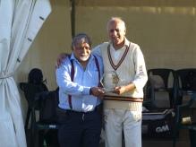 Sunil accepts the Cricket Romania plaque from Rangam